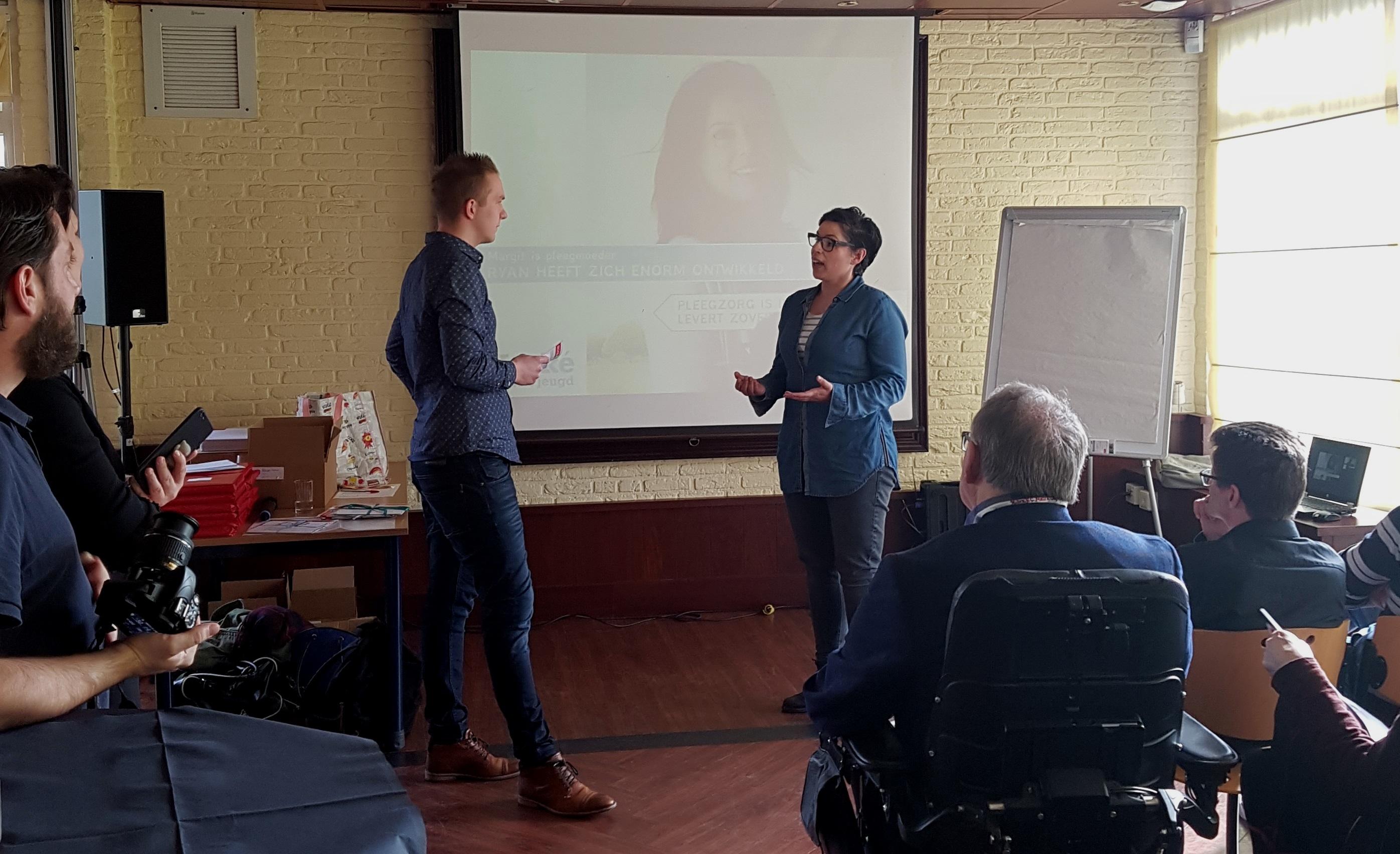 Overhandiging Krachtenbundel aan pleegzorgbegeleider Ilona van Klink